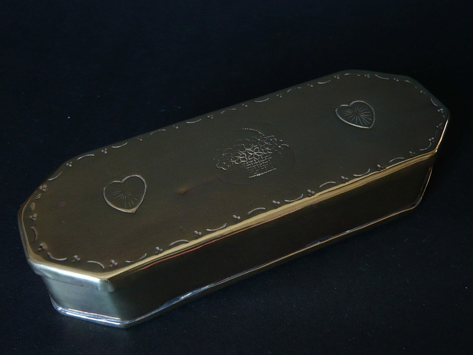 Smoke snuffbox made of brass with floral pattern