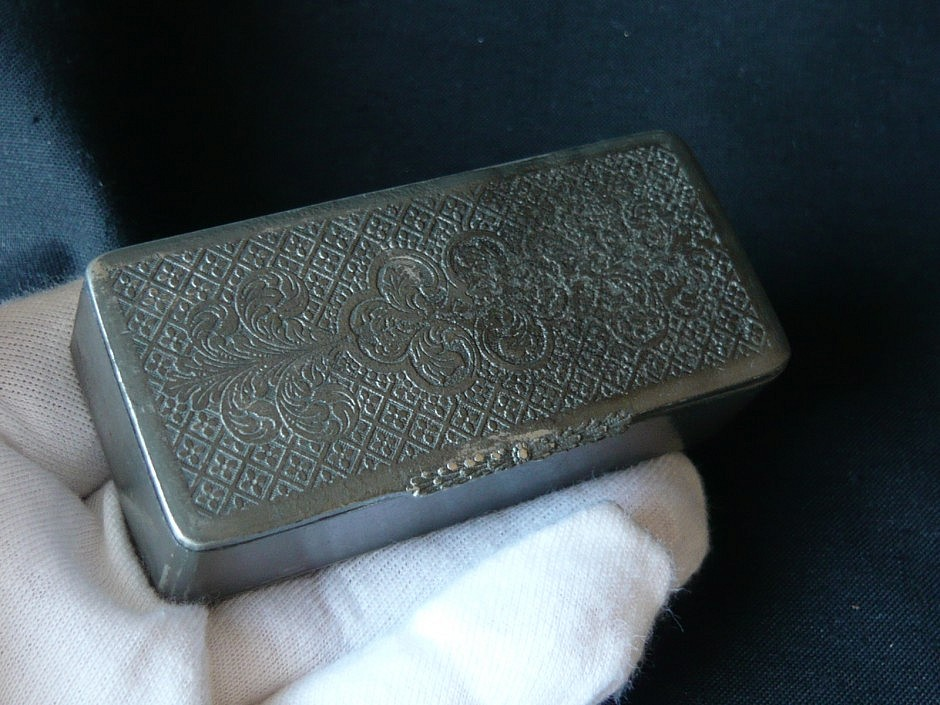 Snuffbox made of tin, silver plated inside