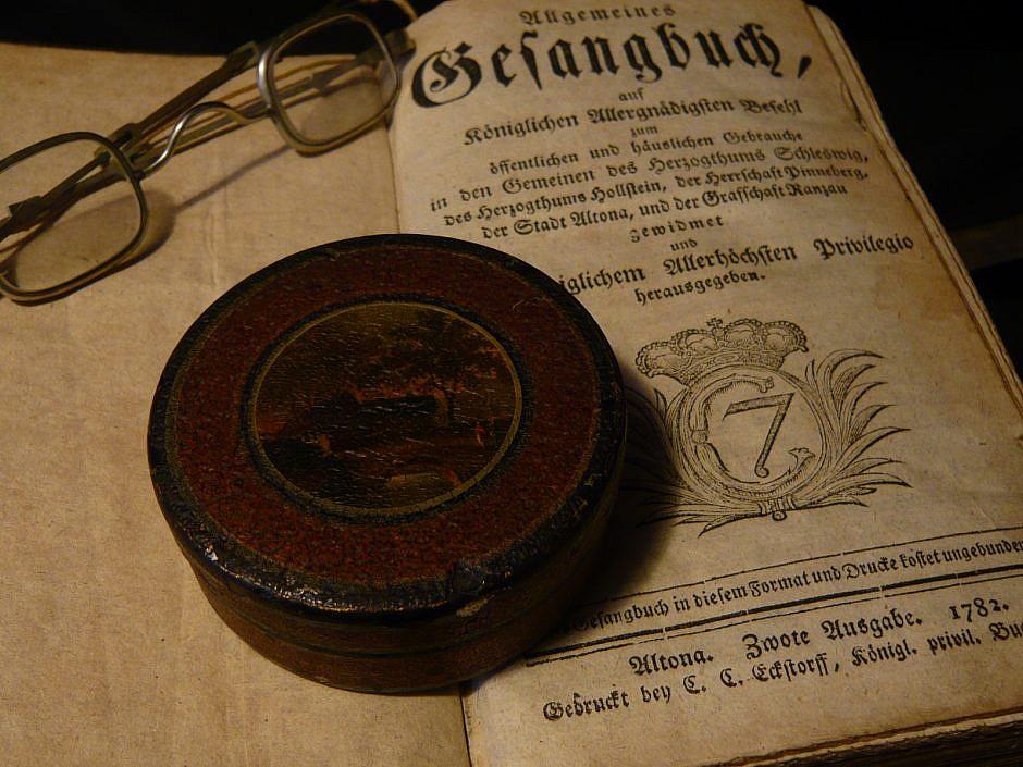 Antique  Vernis Martin Snuffbox